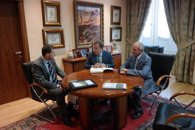 Moragues (centro) y Viesca se reúnen con el presidente de AVA-Asaja (derecha).