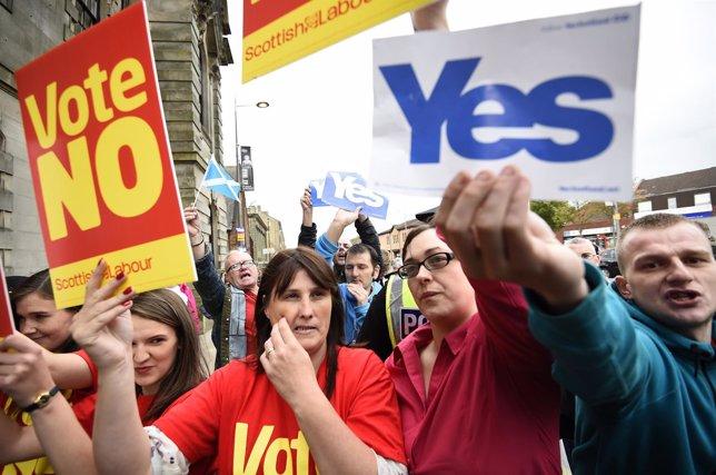Pancartas a favor del 'Sí' y del 'No' sobre referéndum de independencia escocés