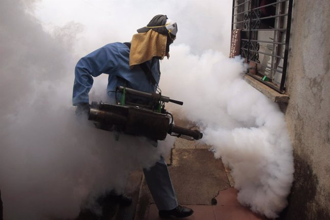 Fumigación contra mosquitos del dengue en Managua, Nicaragua