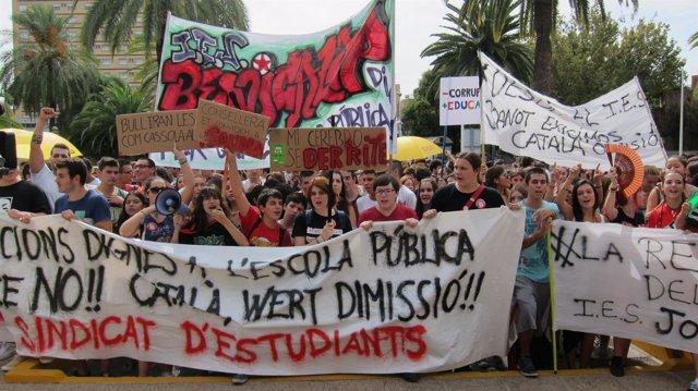 Estudiantes se manifiestan por una condiciones dignas en las aulas