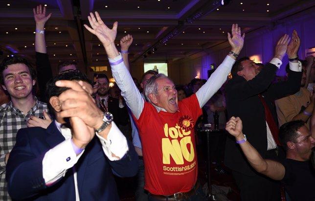 Votantes del no celebran la victoria