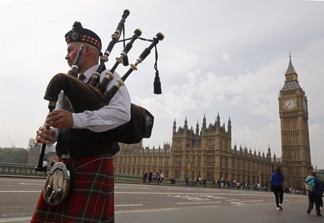 El gaitero Anton Doherty toca delante del Parlamento británico en Londres