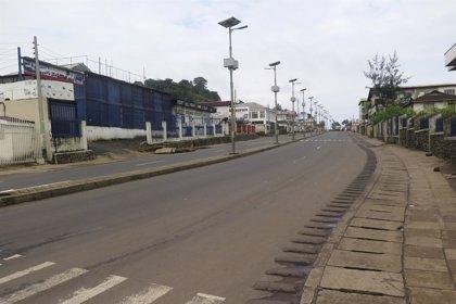 Sierra Leona impone un toque de queda de tres días para frenar la expansión del brote de ébola