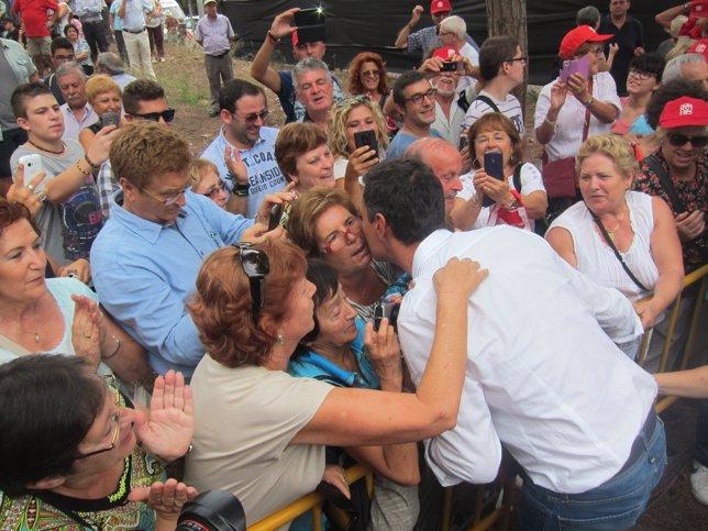 Pedro Sánchez (PSOE) recibido por admiradoras en Gavà (Barcelona)