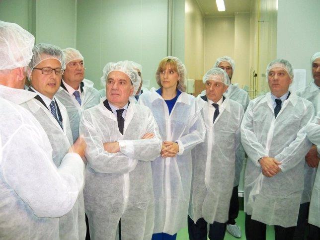 Villanueva visita en León la empresa Laboratorios Ovejero