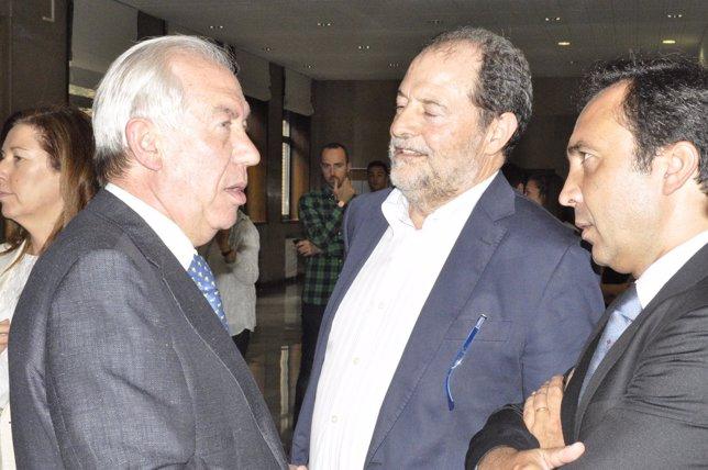Francisco Bono con el decano de Derecho, Javier López y un docente.