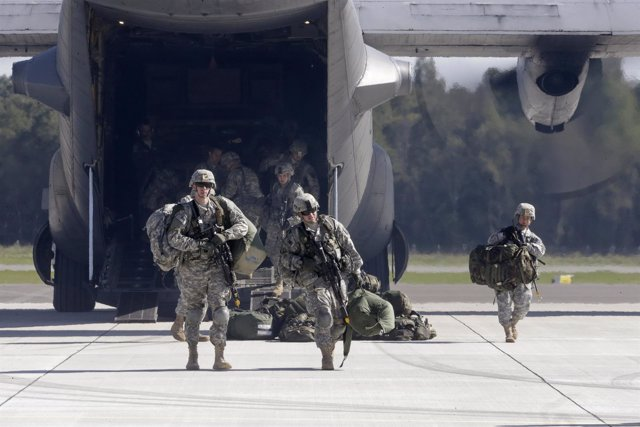 Militares americanos bajan de un avión de combate