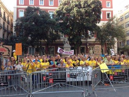 Un centenar de manifestantes abuchea a Trias y Mas en la basílica de la Mercè