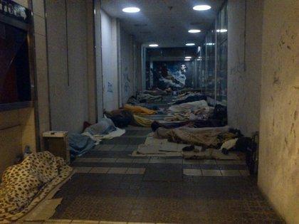 PR+ denuncia que decenas de temporeros duermen en la calle y pide al Ayuntamiento que abra el Polideportivo Espartero