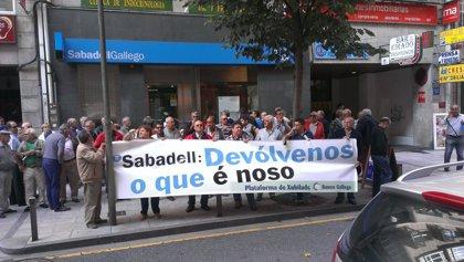 """Jubilados del Gallego se concentran en Santiago para denunciar que Sabadell """"no quiere hacerse cargo"""" de sus """"derechos"""""""