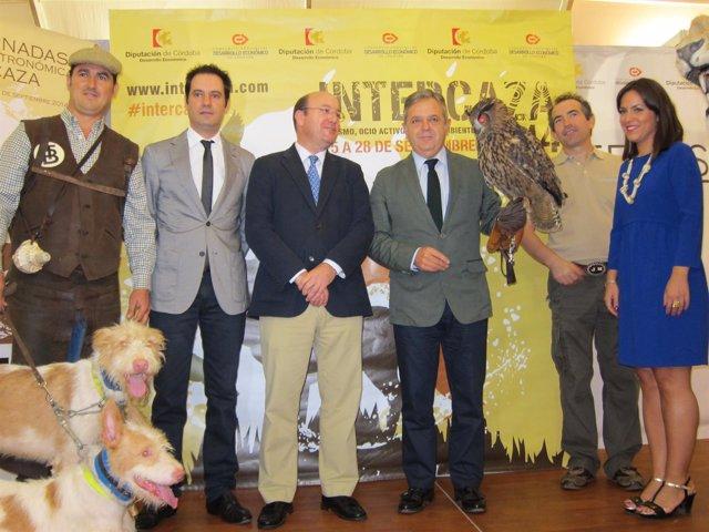 Fuentes sostiene un buho junto a Navas y ante Soriano y Criado