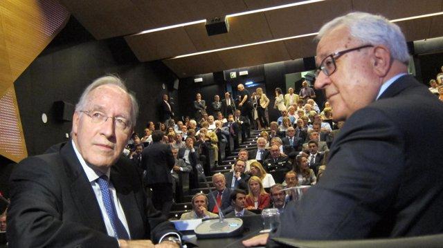 El economista Manuel Pizarro y el presidente de las Cortes, José Ángel Biel.