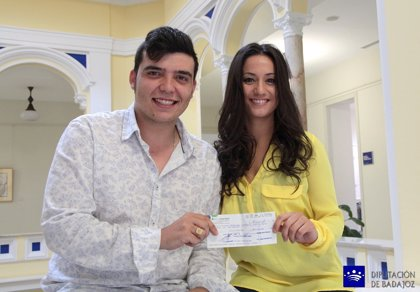 Carolina Fernández y Juan Francisco Carrasco reciben las becas de cante flamenco 2014 de la Diputación de Badajoz