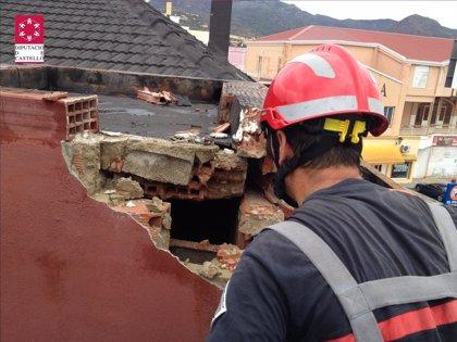 La caída de un rayo provoca la caída de cascotes del tejado de una nave en La Vall d'Uixó