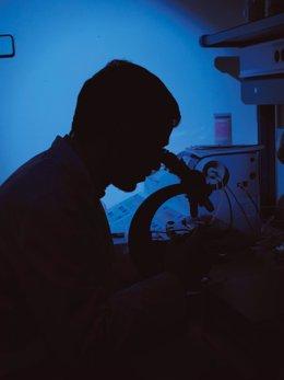 Científico, laboratorio, microscopio