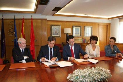 El COFM y Sandoz firman un acuerdo de colaboración de formación de técnicos y auxiliares de farmacia en el SPD