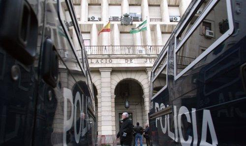 Furgones policiales en los juzgados de Sevilla antes del juicio a 'El Cuco'