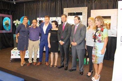 Francisco Núñez visita a los expositores albaceteños presentes en la Feria del Mueble de Yecla (Murcia)