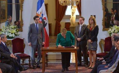 """Bachelet promulga la reforma tributaria con la esperanza de que vaya """"de la mano"""" con la recuperación"""