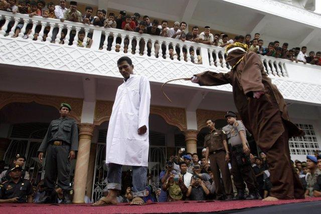 Castigan con cien latigazos el sexo homosexual en una región de Indonesia