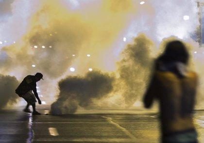 Un policía de Ferguson recibe un disparo mientras continúan las protestas por la muerte de Brown