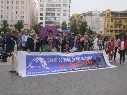Decenas de personas se manifiestan para celebrar la retirada de la reforma
