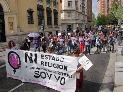 Cerca de un centenar de personas reclaman en Valladolid la eliminación de los plazos y los supuestos para abortar