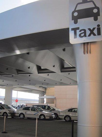 Taxistas de la capital deciden este lunes si convocan movilizaciones al continuar el conflicto del aeropuerto