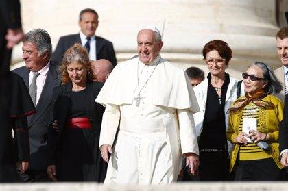 """Francisco y Benedicto XVI aseguran que el abandono a la tercera edad es una """"eutanasia oculta"""""""