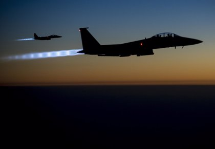 La coalición bombardea refinerías del Estado Islámico en Raqqa