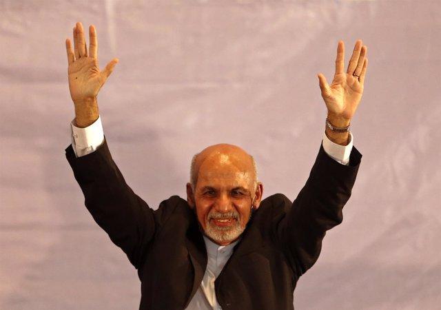 Ashraf Ghani saluda a sus simpatizantes