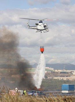 Helicóptero sofocando el fuego