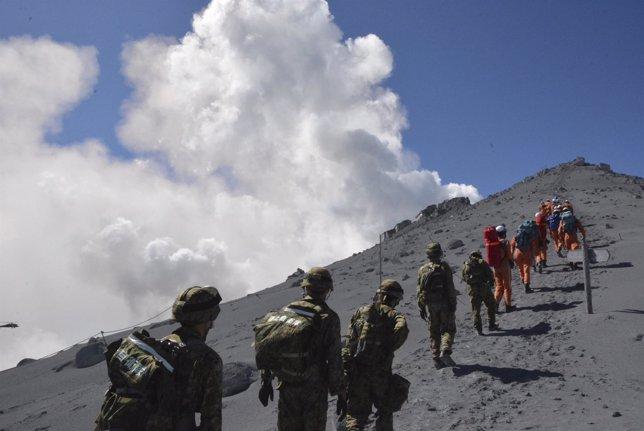 Soldados y equipos de rescate se dirigen al Monte Ontake