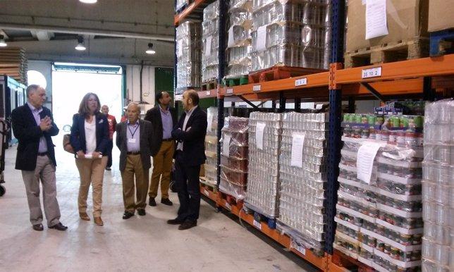 La delegada del Gobierno en Navarra visita el Banco de Alimentos.