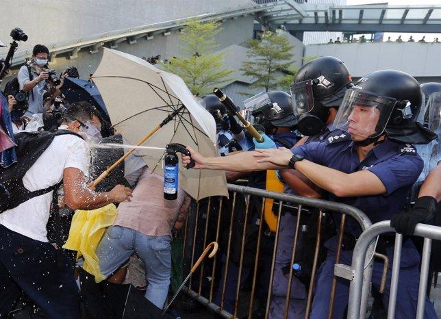 Policía antidisturbios lanza gas lacrimógeno