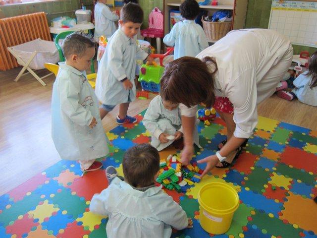 Niños, alumnos, curso, clase, juegos, aula, profesora