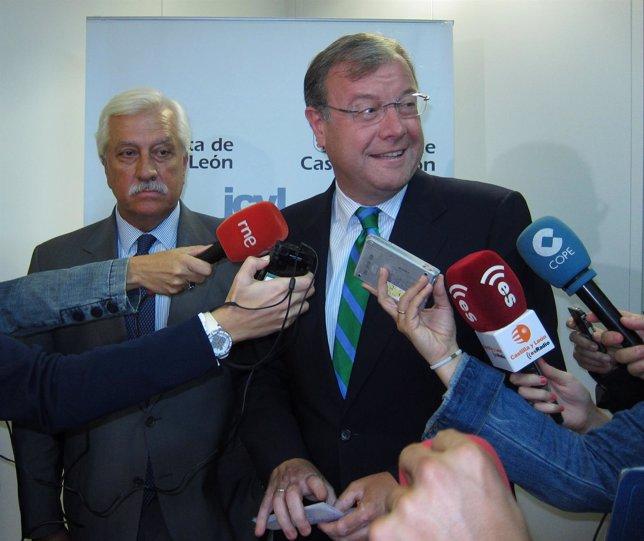 El consejero de Fomento y el presidente de Avebiom tras la Mesa Sectorial