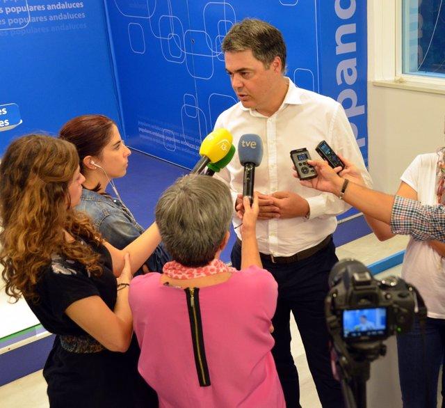 Carlos Rojas atiende a los medios en la sede regional del PP-A