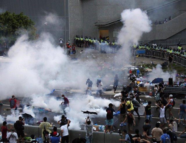 Policía china dispersa a los manifestantes de Hong Kong con gases lacrimógenos