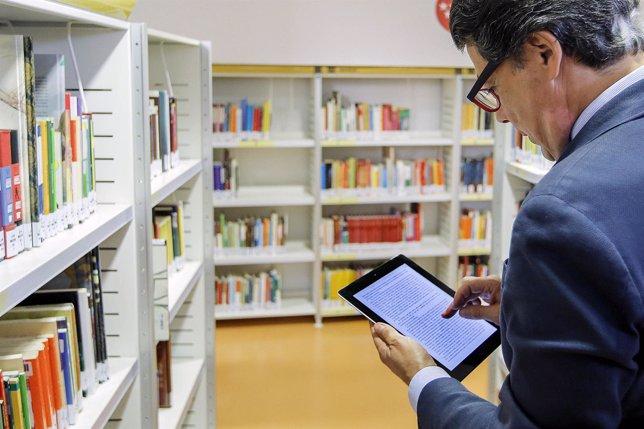 González conoce el préstamo de libros electrónicos