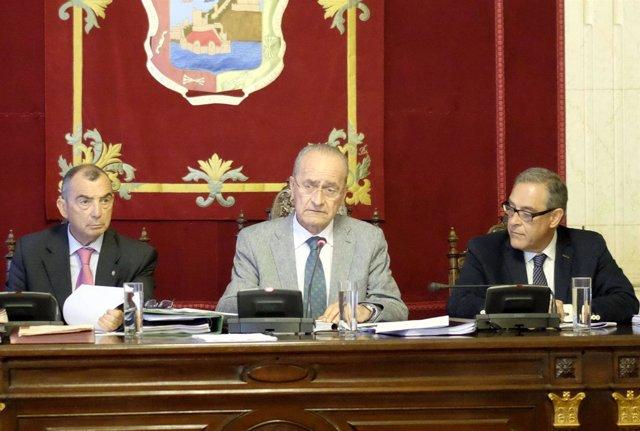 El alcalde Francisco de la Torre con el secretario y el interventor municipales