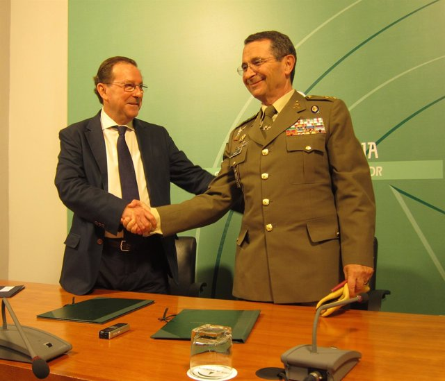 El consejero de Justicia e Interior, Emilio de Llera, y el jefe de la UME