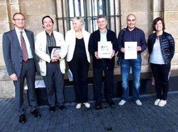 J. Benavides (izq) y miembros del Ayuntamiento y de las asociaciones comerciales