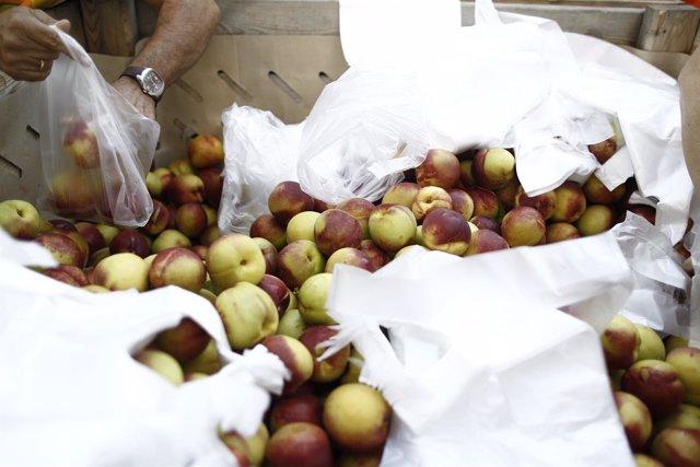Los agricultores reparten 10.000 kilos de fruta en la plaza de Callao