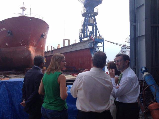 Manuel Gracia y Paulino Plata visitan el puerto de Málaga