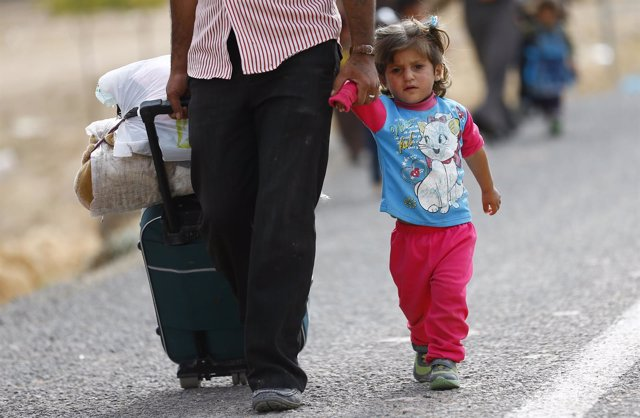 Refugiados kurdos de Siria cruzan la frontera hacia Turquía