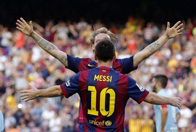 Rakitic y Messi celebran un gol ante el Granada