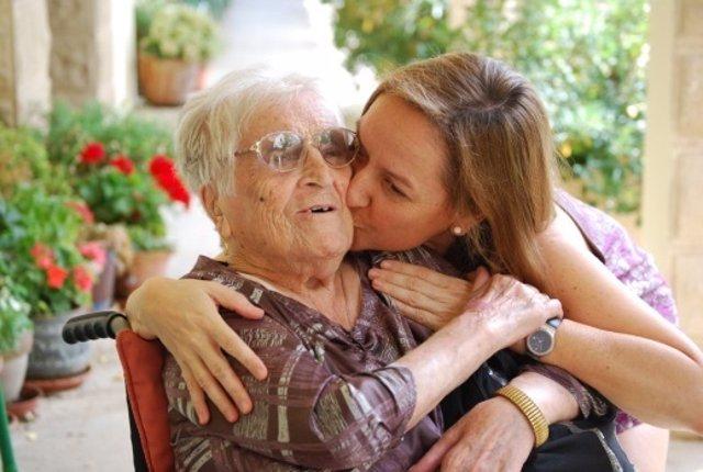 Anciana y su nieta