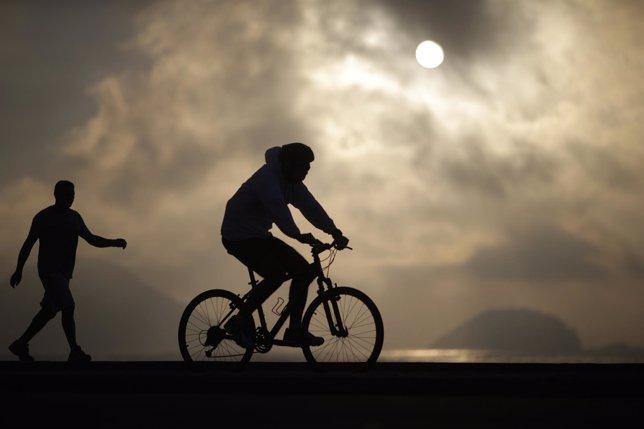 Un hombre monta en una bicicleta en Brasil