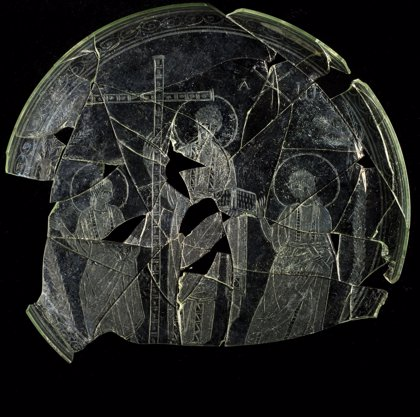 Hallan una patena única con una de las representaciones de Cristo más antiguas de la Península